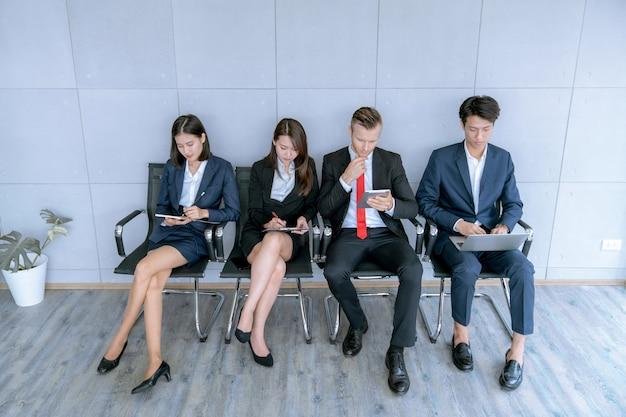 Il richiedente è seduto per preparare un colloquio per un lavoro in una società pubblica in carica