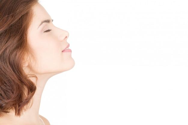Il rilassamento porta alla bellezza. profilo orizzontale del primo piano di bella donna con lei occhi chiusi
