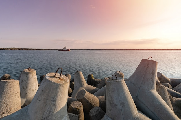Il rimorchiatore da nave va in alto mare per trainare la nave mercantile in porto