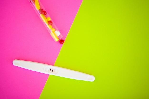 Il risultato è positivo con due strisce e preservativo con contraccettivo