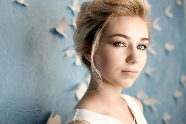Il ritratto biondo di bellezza della giovane donna, compone