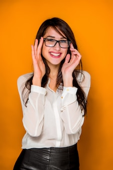 Il ritratto della giovane donna con emozioni felici