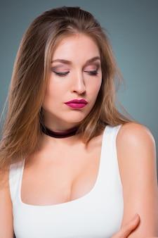 Il ritratto della giovane donna con emozioni seducenti