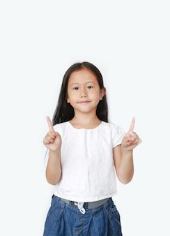 Il ritratto della ragazza asiatica del piccolo bambino ha sollevato l'indice due per esultare isolato