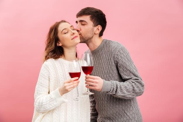Il ritratto delle coppie amorose sorridenti si è vestito in maglioni