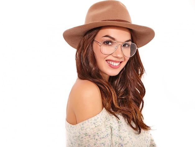 Il ritratto di giovane modello alla moda della ragazza in estate casuale copre in cappello marrone con trucco naturale in vetri isolati.
