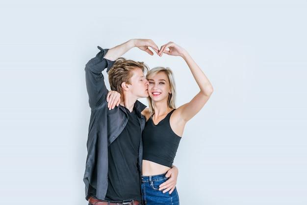 Il ritratto di giovani coppie felici ama insieme
