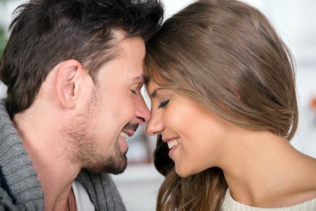 Il ritratto di giovani coppie sorridenti passa insieme il tempo.