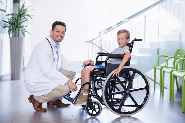 Il ritratto di medico sorridente e disattiva il ragazzo