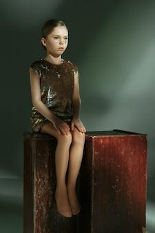 Il ritratto di moda di giovane bella ragazza teenager allo studio