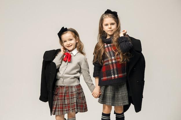 Il ritratto di moda di giovani belle ragazze adolescenti in abito. i concetti di bellezza, moda, splendore, trucco e shinning. modelli caucasici