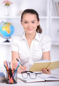 Il ritratto di un'adolescente ha insegnato a scuola le lezioni.