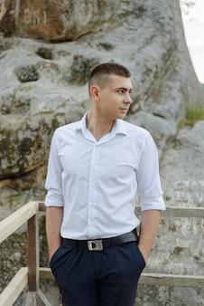 Il ritratto di un giovane sposo ha sparato nelle montagne