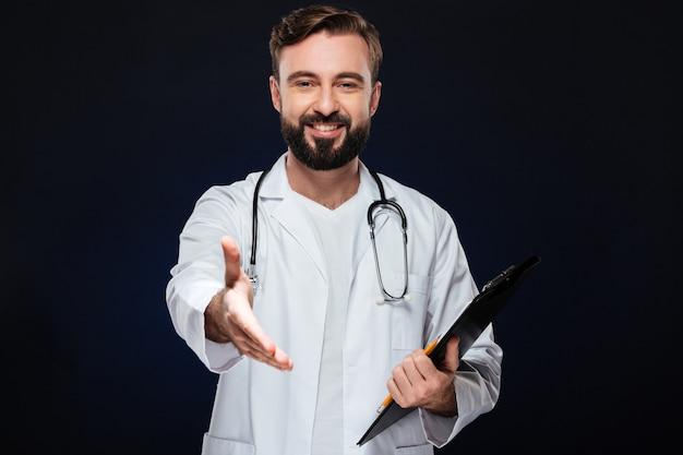 Il ritratto di un medico maschio felice si è vestito in uniforme
