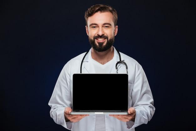 Il ritratto di un medico maschio sicuro si è vestito in uniforme