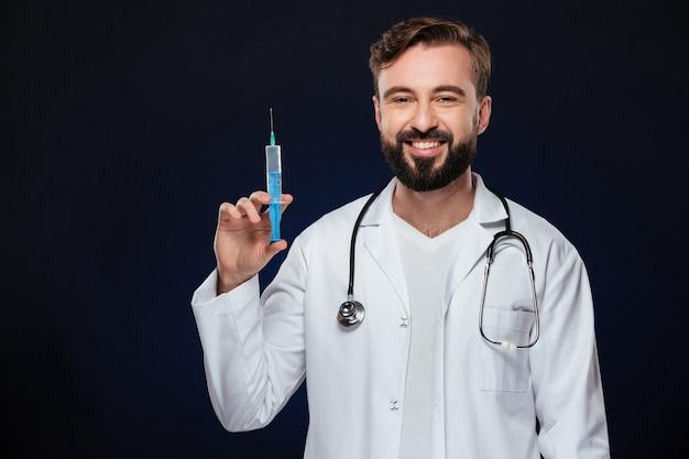 Il ritratto di un medico maschio sorridente si è vestito in uniforme