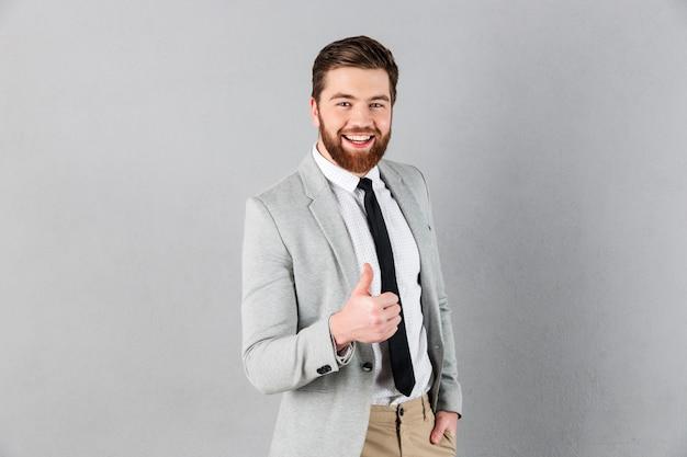 Il ritratto di un uomo d'affari allegro si è vestito in vestito