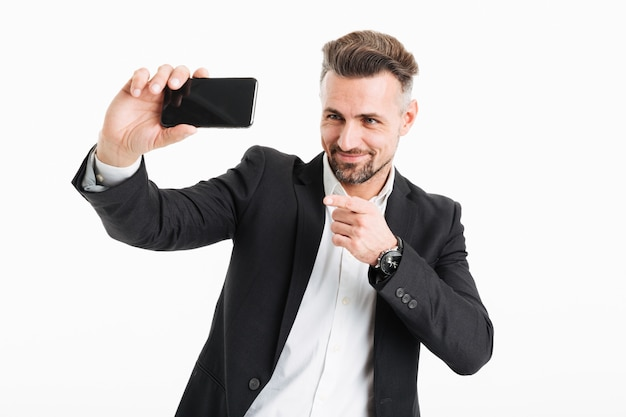 Il ritratto di un uomo d'affari maturo sorridente si è vestito in vestito