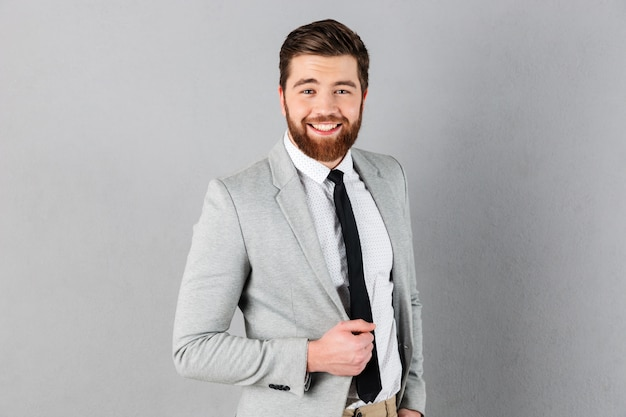 Il ritratto di un uomo d'affari sicuro si è vestito in vestito