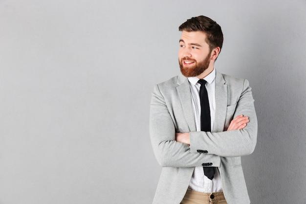 Il ritratto di un uomo d'affari sorridente si è vestito in vestito a