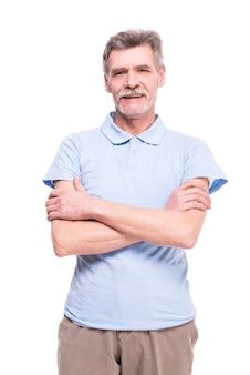 Il ritratto di un uomo senior sta posando