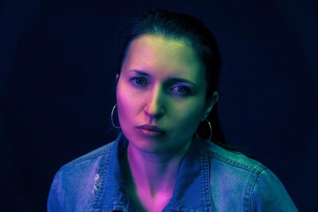 Il ritratto di una donna e il filtro colorato colorano la luce mista
