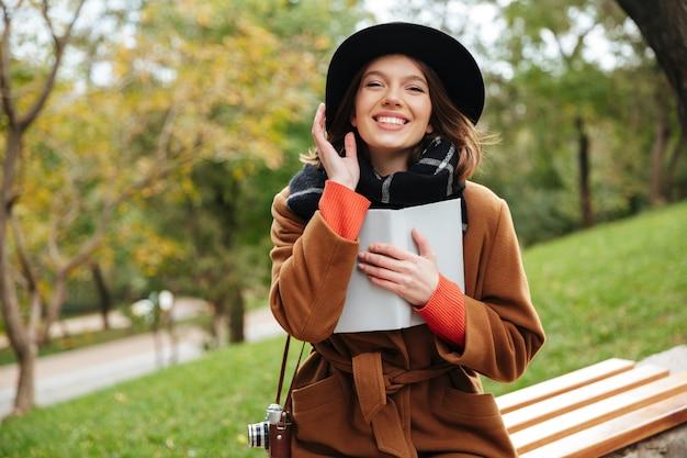 Il ritratto di una ragazza che ride si è vestito in cappotto di autunno