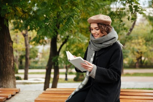 Il ritratto di una ragazza felice si è vestito in cappotto di autunno