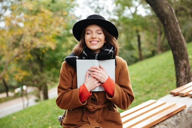 Il ritratto di una ragazza sorridente si è vestito in cappotto di autunno