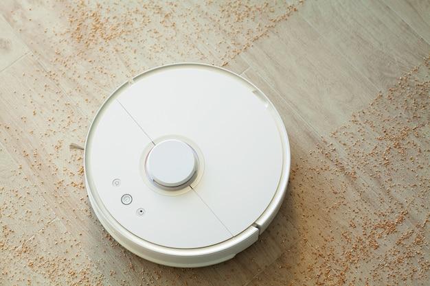 Il robot aspirapolvere pulisce il lightroom dallo sporco