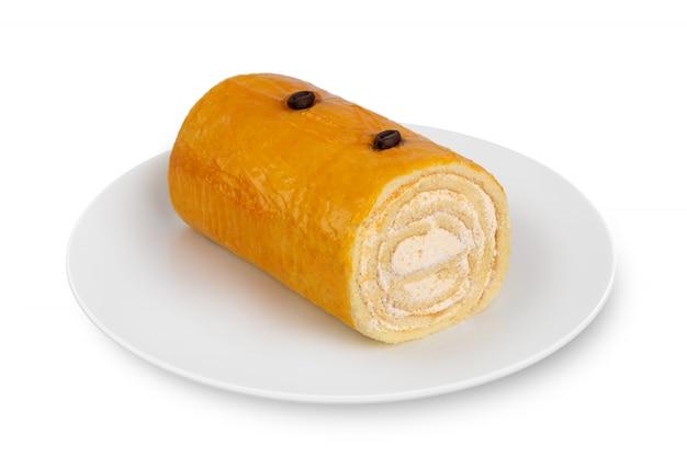 Il rotolo di spugna si trova sul piatto bianco su bianco