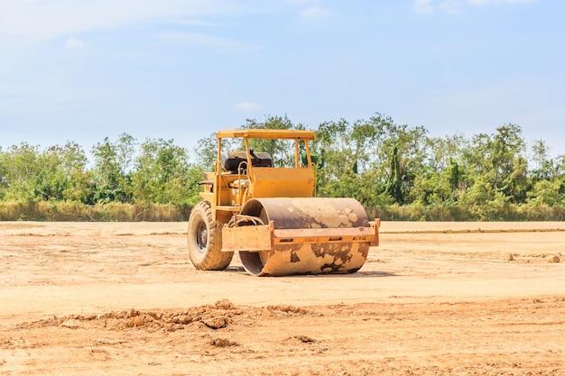 Il rullo vibrante del suolo durante la compattazione della sabbia lavora in cantiere