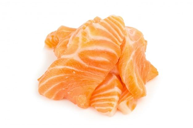 Il salmone (sashimi di color salmone) ha affettato isolato su fondo bianco
