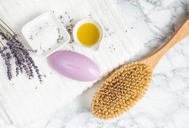 Il sapone della lavanda con gli ingredienti naturali della lavanda del testo per il sale casalingo del corpo sfrega il concetto di bellezza dell'olio