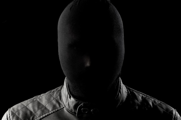 Il serial killer, un maniaco con un chuolkom nero in testa