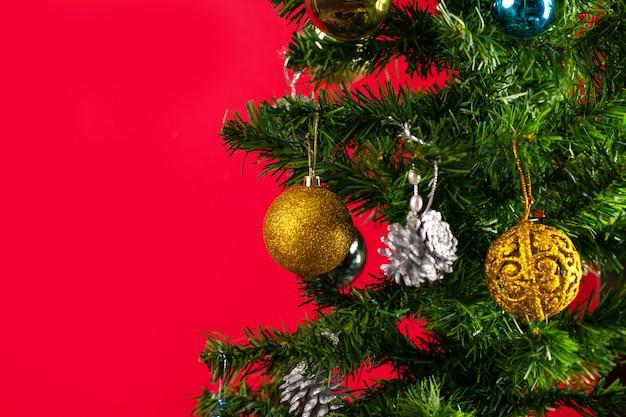 Il simbolo principale del nuovo anno è un albero di natale decorato con vivaci giocattoli di natale, un grande piano. l'atmosfera di magia e felicità. nuovo anno. anno del ratto. sfondo isolato