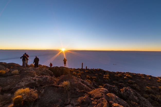 Il sol levante sopra uyuni salt flat, bolivia