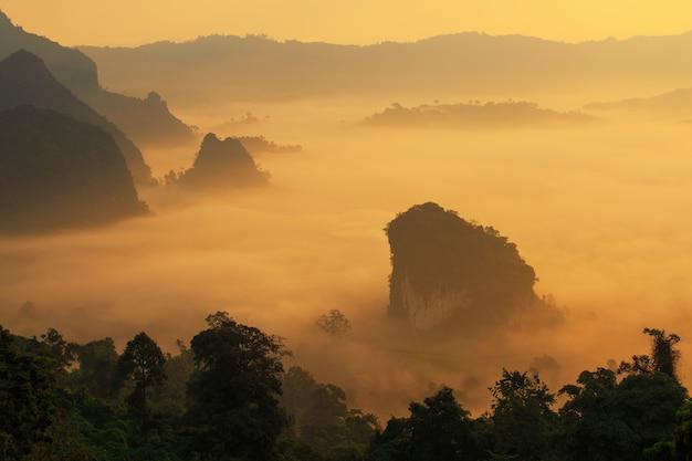 Il sole e le nuvole sulla foschia di mattina a phu lang ka, phayao, tailandia