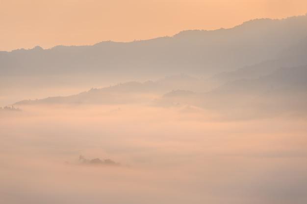 Il sole e le nuvole sulla mattina si appannano a phu lang ka, phayao, tailandia