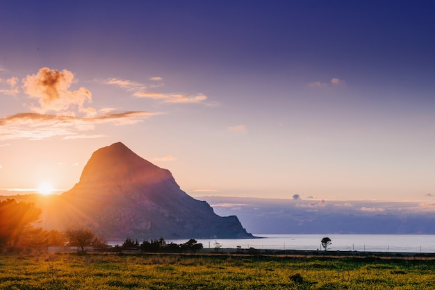 Il sole tramonta sulla montagna.