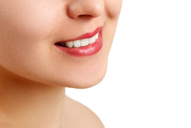 Il sorriso di una giovane donna con denti bianchi perfetti. avvicinamento. posto per lo spazio della copia