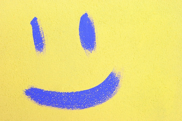 Il sorriso è disegnato con vernice sul muro