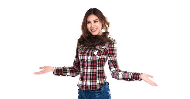 Il sorriso e la donna asiatica felice con il gesto della mano aperta presentano uno spazio vuoto di contenuto. concetto di modello pubblicitario.