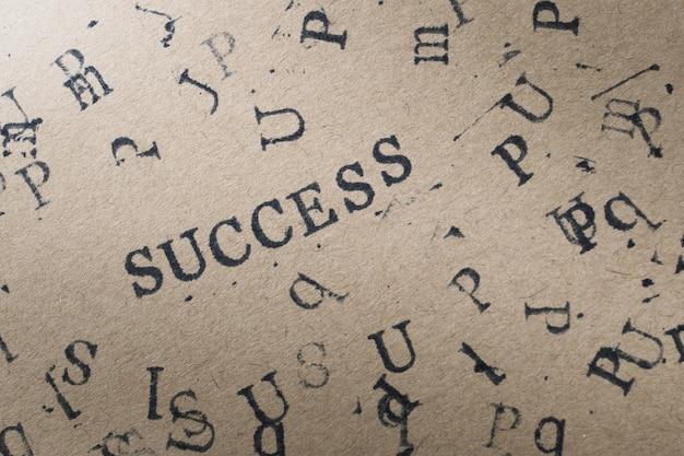 Il successo di parola della lettera dell'alfabeto dal timbro segna la fonte con lettere su carta