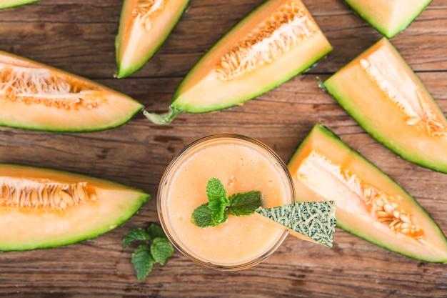 Il succo di melone alla menta in un vaso di vetro sul tavolo. melone di melone