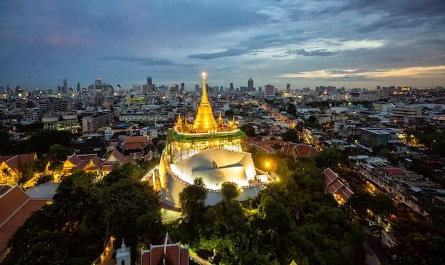 Il supporto dorato a wat saket, punto di riferimento di viaggio di bangkok tailandia