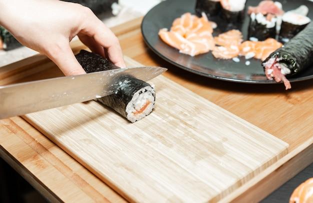 Il sushi preparato a casa. un tipico cibo giapponese preparato con una base di riso e vari pesci crudi.