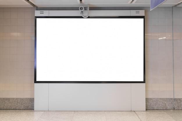 Il tabellone per le affissioni in bianco ha condotto nella stazione della metropolitana per la pubblicità.