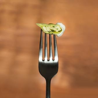 Il taglio di gnocchi su una forchetta. vareniki con ricotta e spinaci.
