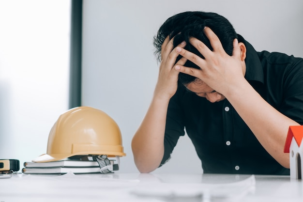 Il tatto dell'uomo di affari si dirige nel loro cuore mentre lavorava nell'ufficio, concetto medico